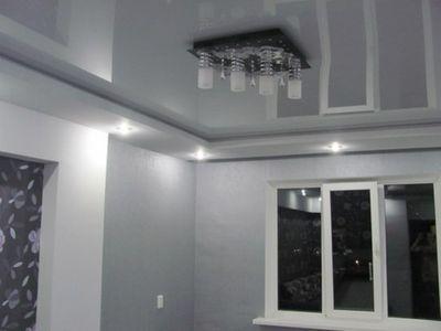 Серый натяжной потолок фото