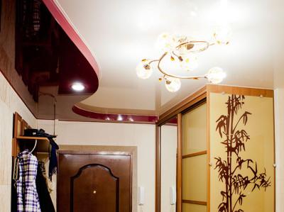 Оригинальный комбинированный потолок в прихожей