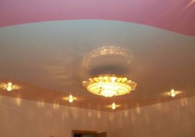 Криволинейная спайка полотен разных цветов на натяжном потолке