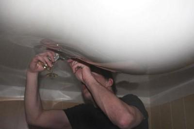 Частичный демонтаж – удаление воды из-под светильника