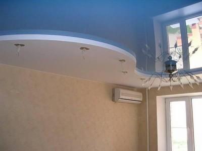 Натяжной потолок голубого цвета
