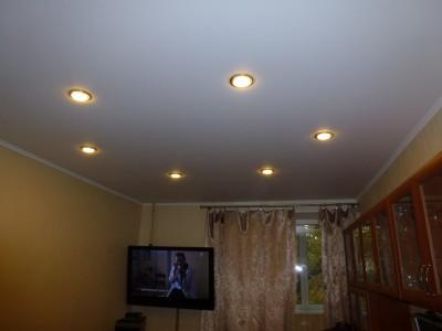 Матовый потолок с точечными светильниками