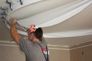 Процесс демонтажа потолка