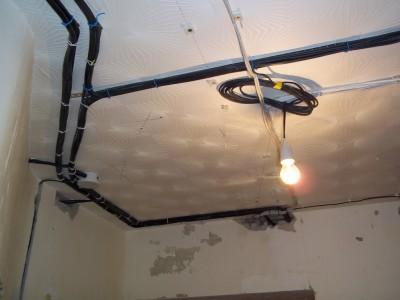 Расположение электрики по всему периметру потолка