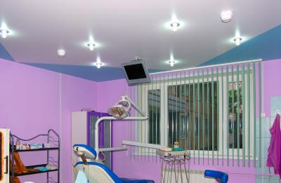 Вид потолка в стоматологическом кабинете