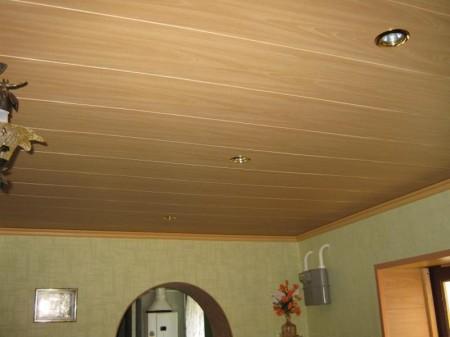 Отделка ПВХ панелями потолка на даче