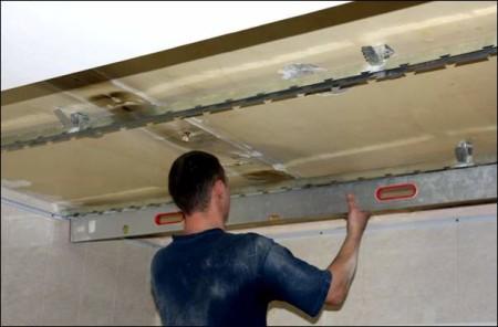 Уровень реечного потолка
