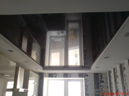 Черное глянцевое полотно на кухне