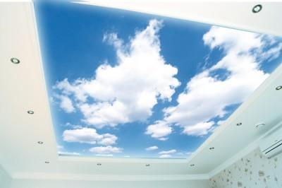 Потолок с изображением облаков.
