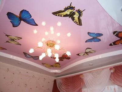 Потолок с изображением бабочек.