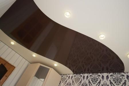 Натяжной потолок в черно-белой гамме.