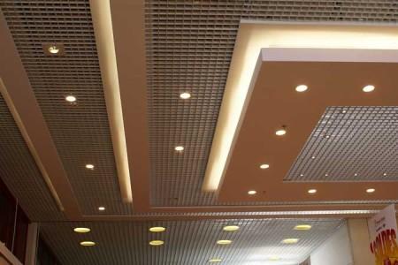 Оформление точечными светильниками подвесного потолка