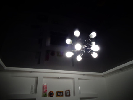 Черный потолок для спальни