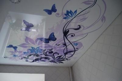 Потолок с изображением цветов.