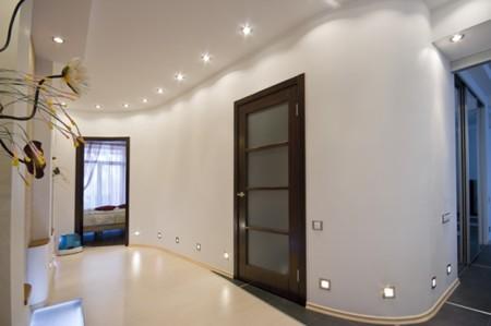 Фото просторного коридора с монтажом потолка из гипсокартона