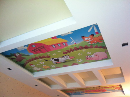 Потолок с рисунком и точечными светильниками