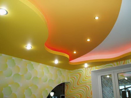 Двухуровневый потолок в интерьере с необычным оформлением света