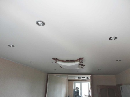 Матовый потолок в зале 21 кв.м. с точечными светильниками и лампами
