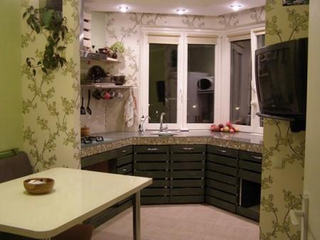 За счет того, что обеденную зону переносят в пространство выступа, на кухне освобождается много места