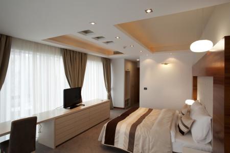 Карниз с гардинами в интерьере спальни