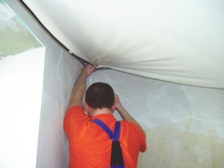 Монтаж натяжного потолка, выполняемый профессионалом
