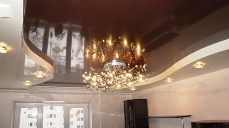 Темный потолок интересного дизайна – вариант для комнат с хорошим освещением