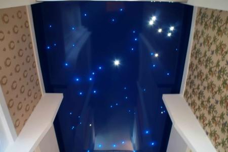 Один из вариантов звездного неба – оригинально и стильно