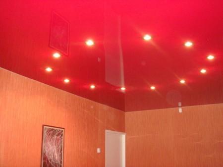 Красивый одноуровневый натяжной потолок