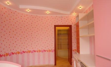 Традиционный потолок для детской в розовых тонах