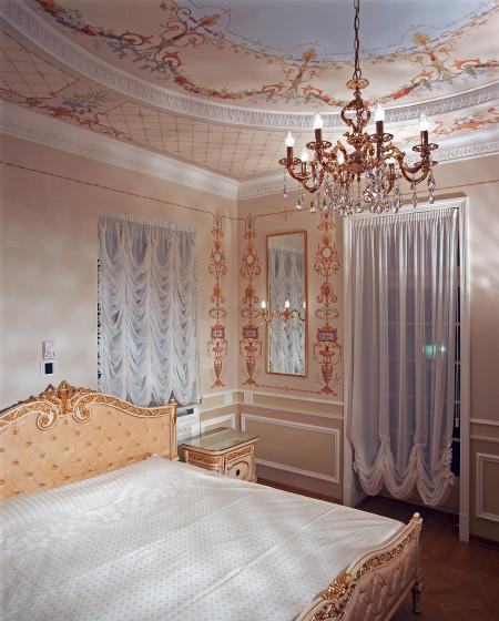 Один из многоуровневых потолков для спальни, который делает дизайн более неординарным