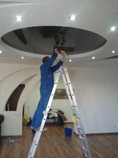 Мытье натяжных потолков, если они высокие, нужна стремянка