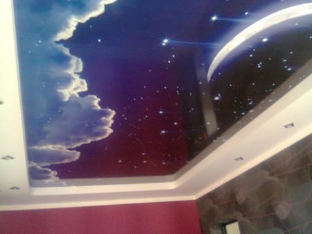Применение обоев для отделки потолка