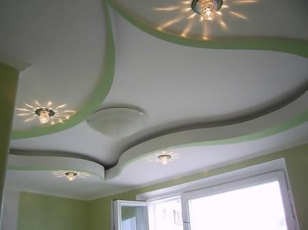 Гипсокартонный потолок в гостиной комнате