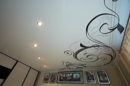 Потолок с печатью в спальне