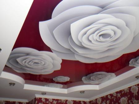 Пример спальни, белые цветы нарисованы на фоне красного цвета