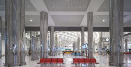 Подвесной потолок системы Аrmstrong с металлическими панелями установлен в международном аэропорту город Дубай Объединённые Арабские Эмираты