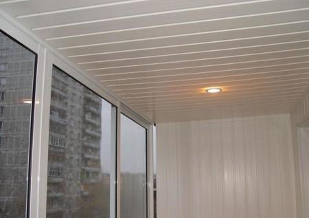Пример использования вагонки на потолке лоджии