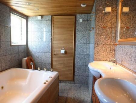 Возможный вариант – деревянный потолок в ванной комнате
