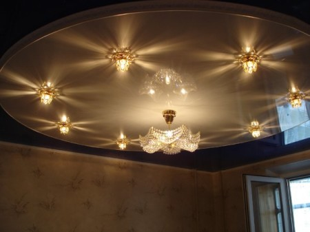 Дизайн и интерьер натяжного потолка зала 21 кв.м. с люстрой, точечными светильниками и лампами
