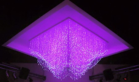 Люстра с лампами в зал из фиброоптического волокна, как вариант интерьера помещения