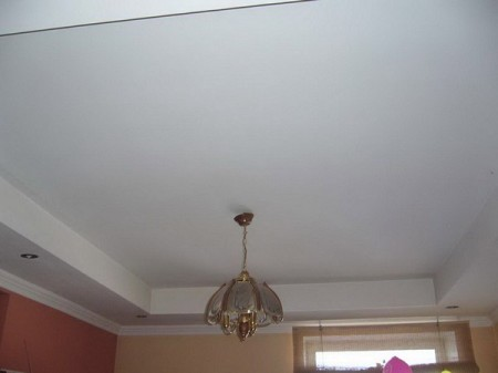 Потолок с прямым рамочным коробом – самый простой способ оживить интерьер