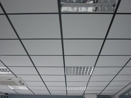 Классическое негорючее подвесное полотно – отличный вариант для оформления интерьера