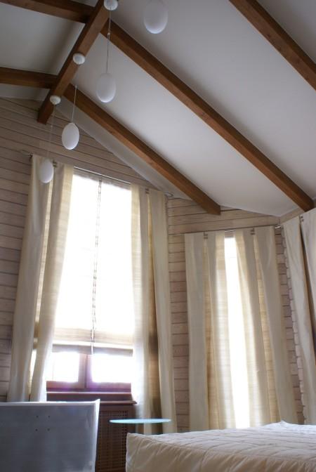 Потолок с деревянными перекладинами цвета орех с белым полотном в интерьере