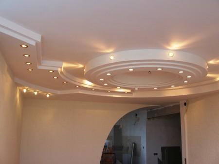 Красивый потолок из гипсокартона, состоящий из нескольких уровней