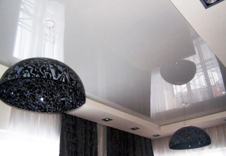 Белоснежный лаковый натяжной потолок, монтаж которого не сложен и под силу большинству