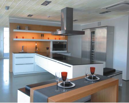 Дизайн кухни с пластиковыми панелями на потолке