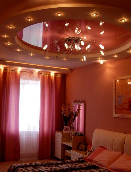 Интерьер помещения и необычный осветительный прибор