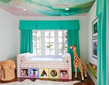 Изображение на потолочной поверхности в детской спальне