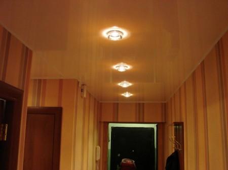 На потолок в коридоре устанавливают галогенный точечный светильник