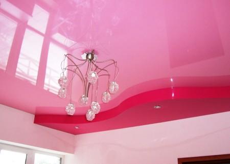 Сочетание розовых тонов на цветном натяжном потолке – современное решение